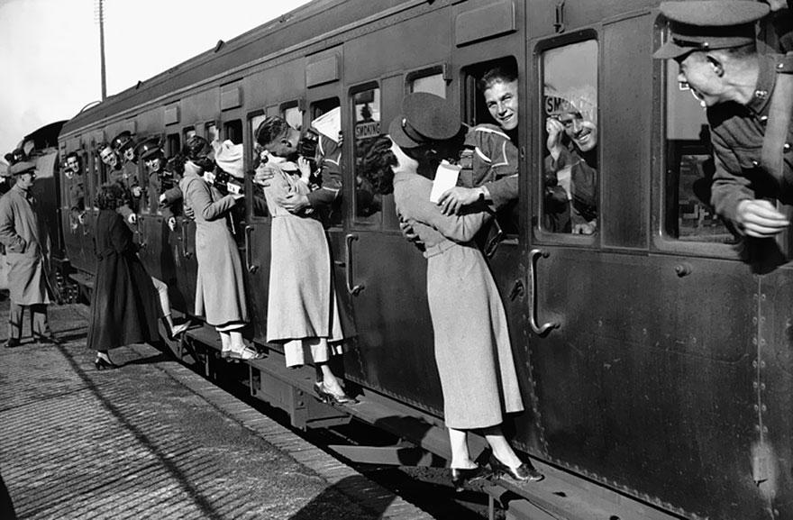Soldati in partenza per l'Egitto si sporgono dai finestrini per salutare le loro fidanzate, 1935. E. Dean.