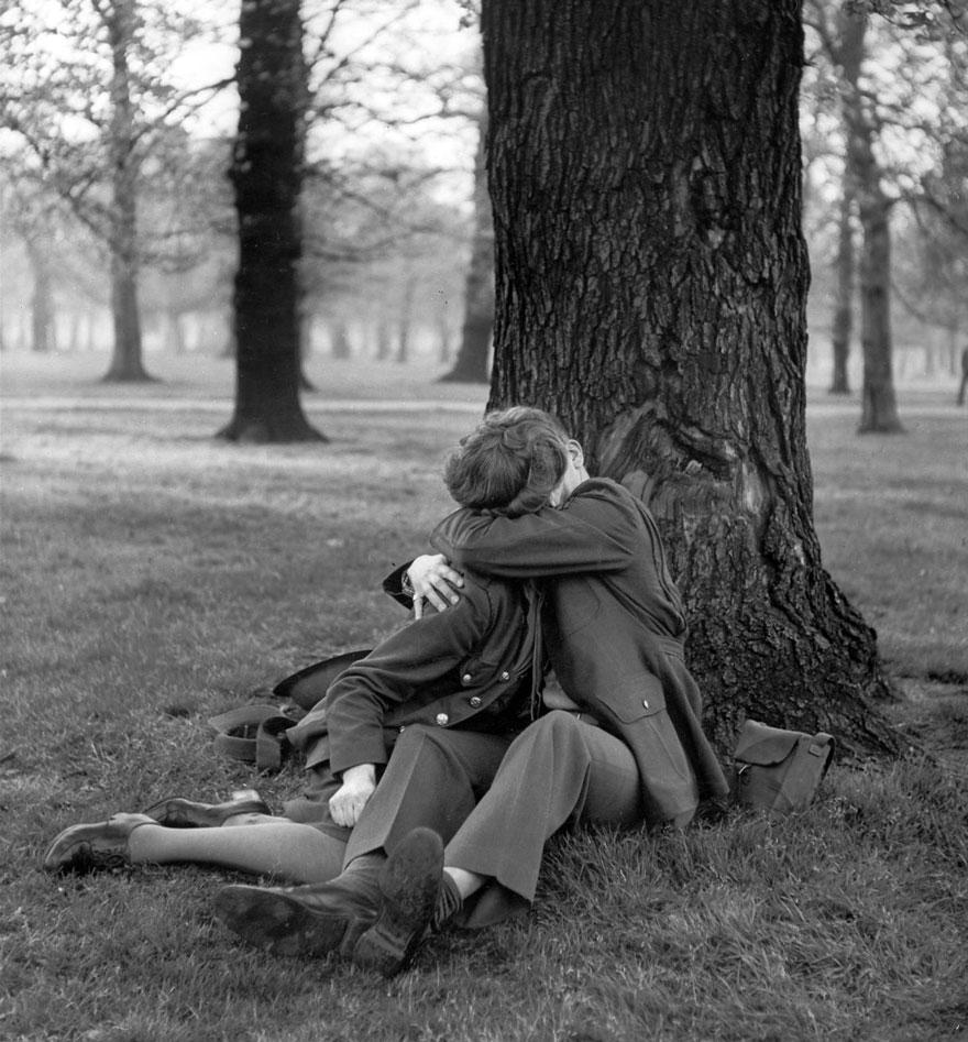 Un sergente inglese si gode un bacio, 1945. Ralph Morse.