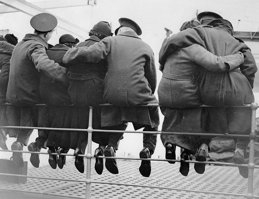 Soldati inglesi salutano le loro mogli preparandosi ad andare in Egitto, 1937. Imagno.