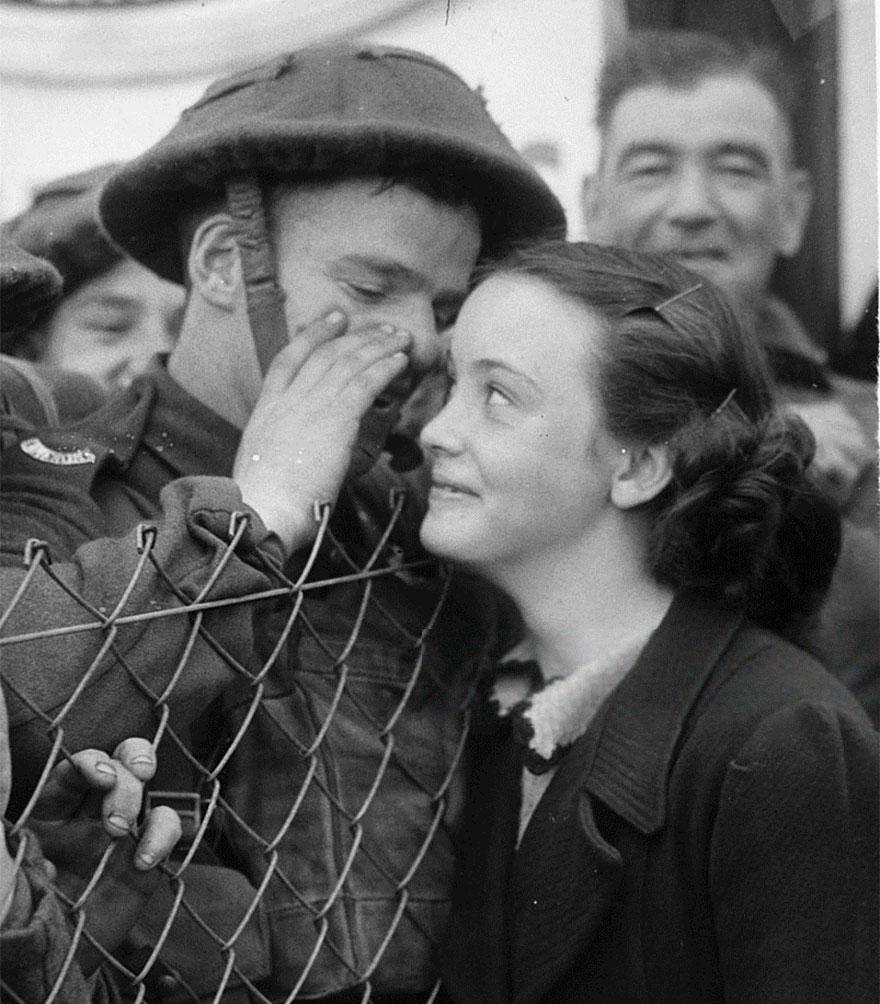 Un soldato britannico sussurra all'orecchio della ragazza amata prima di partire per il fronte, 1939. Fox Photos.