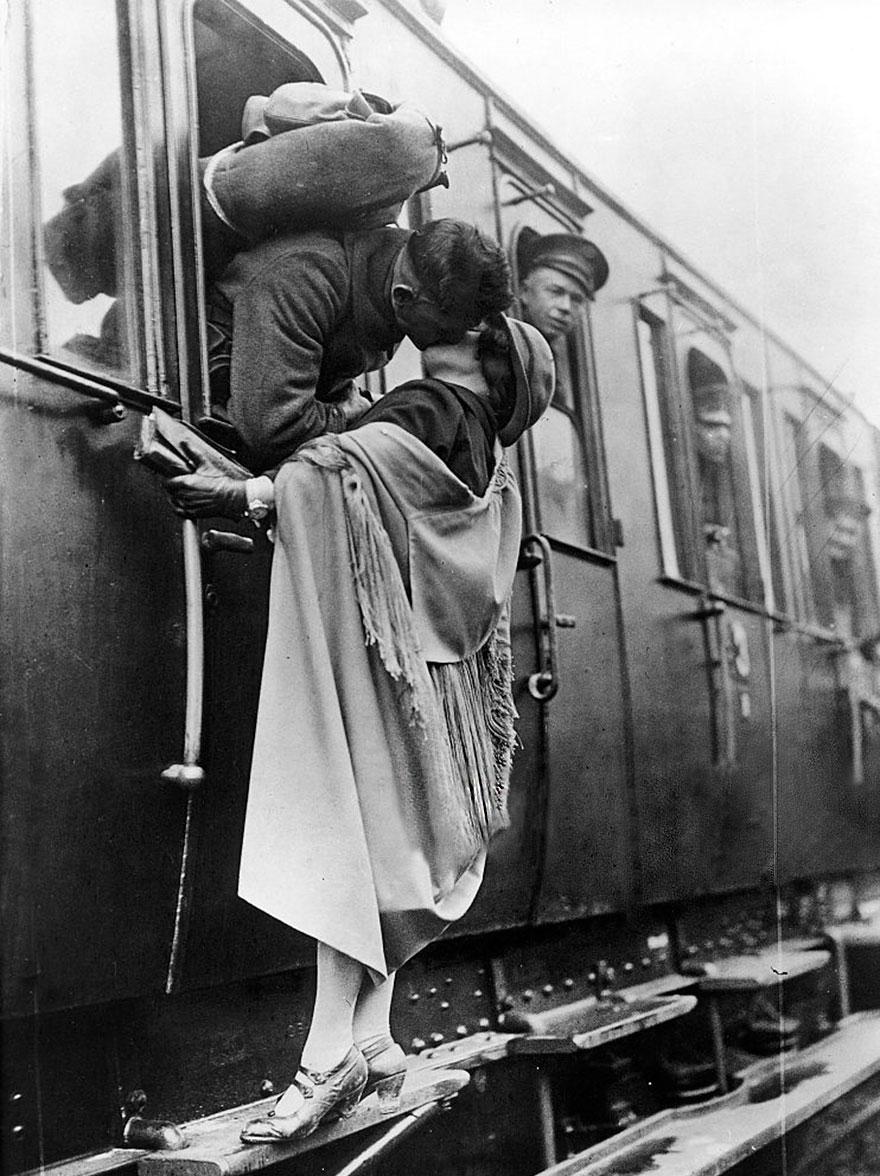 Un soldato statunitense bacia con tenerezza la sua fidanzata prima di partire, 1922. ullstein bild