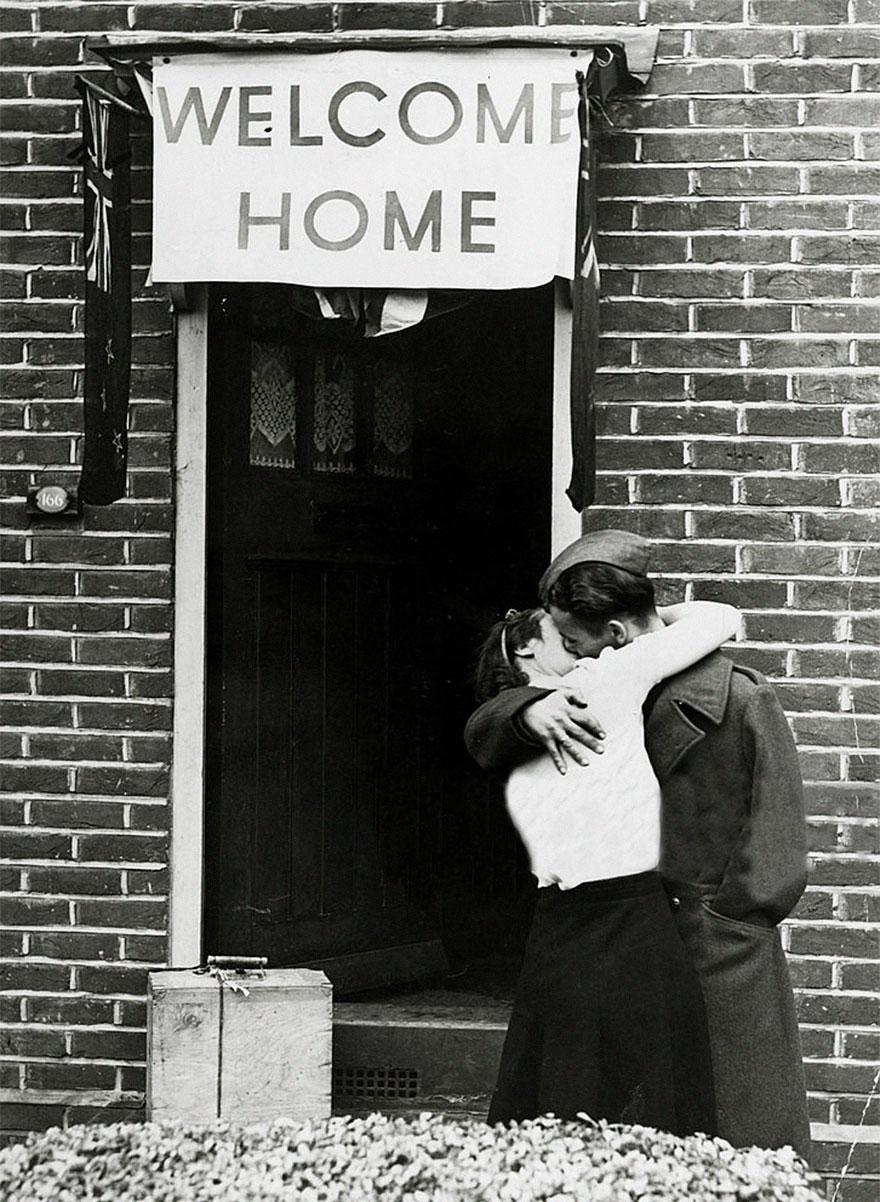 Un soldato britannico bacia la moglie al ritorno della Seconda Guerra Mondiale, 1945. Popperfoto