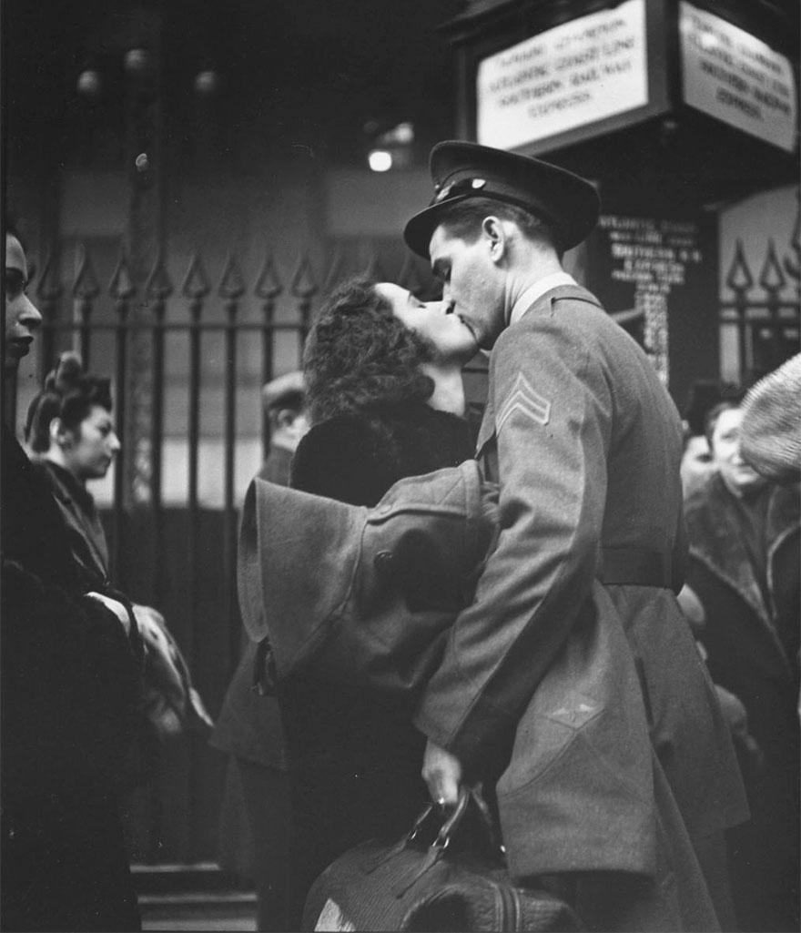 Coppia alla stazione Penn di New York si bacia prima della separazione a causa della guerra, 1943. Alfred Eisenstaedt