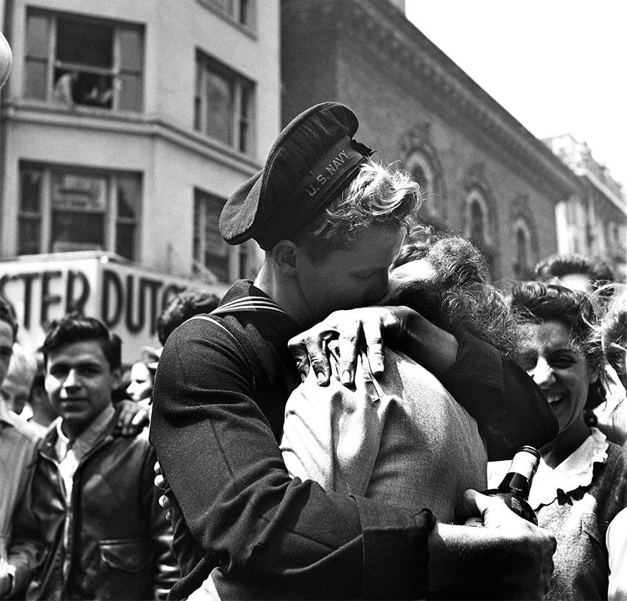 Un bacio al Times Square mostra l'umore del mondo nella Giornata della Vittoria in Europa. New York, 8 maggio 1945. Michael Ochs Archives.