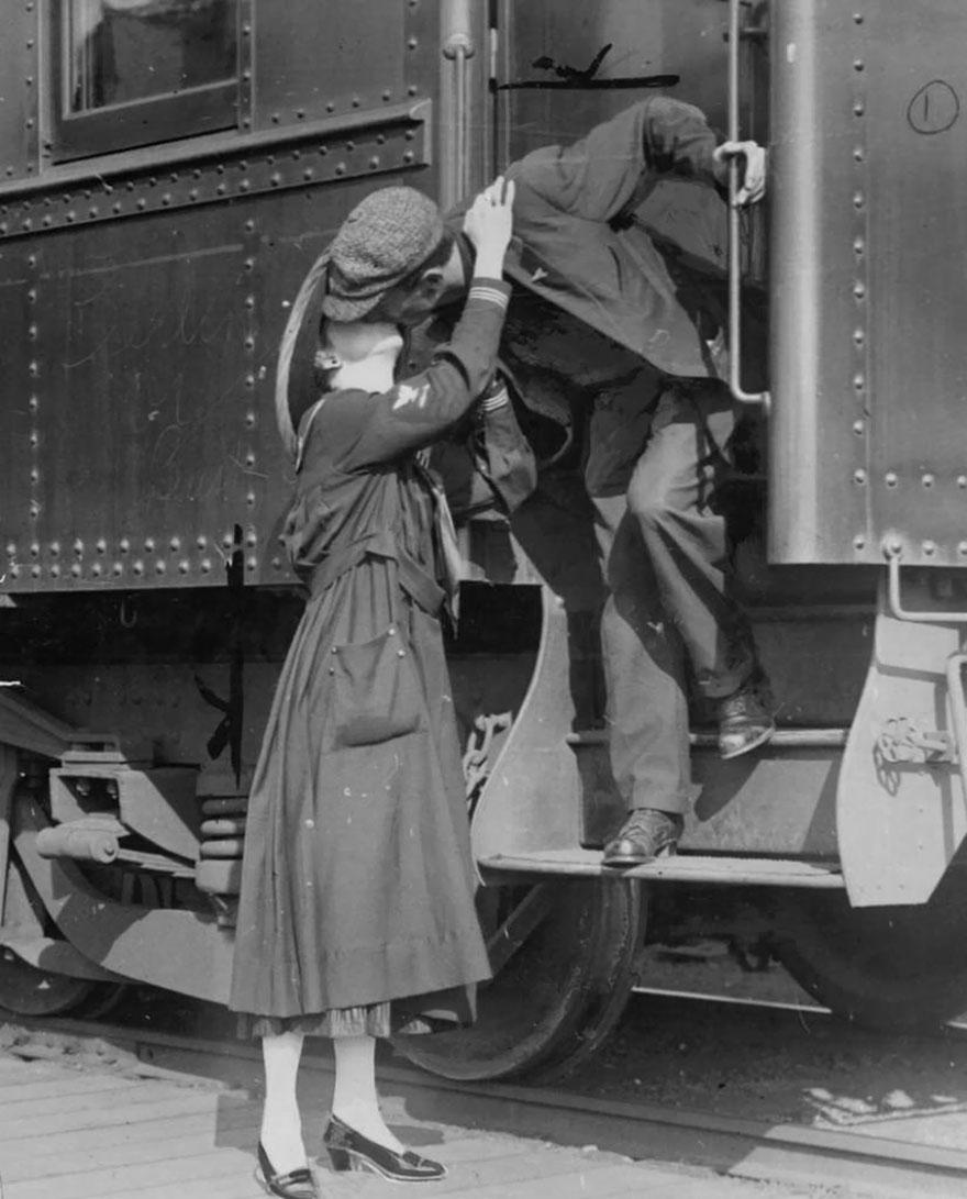 Un soldato saluta la propria moglie prima di partire per la Prima Guerra Mondiale. Seattle, 1917. seattlepi.com