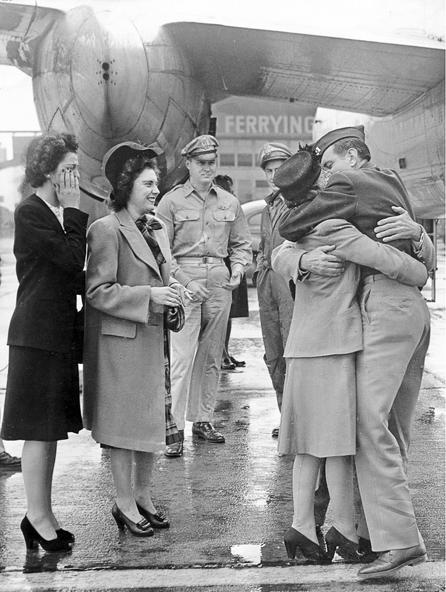 Un soldato riceve il bentornato a casa all'aeroporto di Long Beach, 1945. Random House