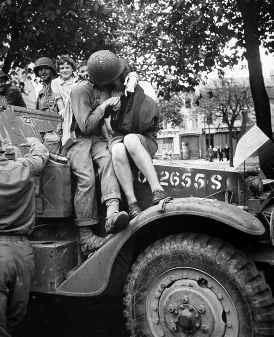 Un soldato americano e una donna francese si baciano in una foto che suscitò scetticismo quando venne pubblicata nella rivista Life, 1944. Ralph Morse