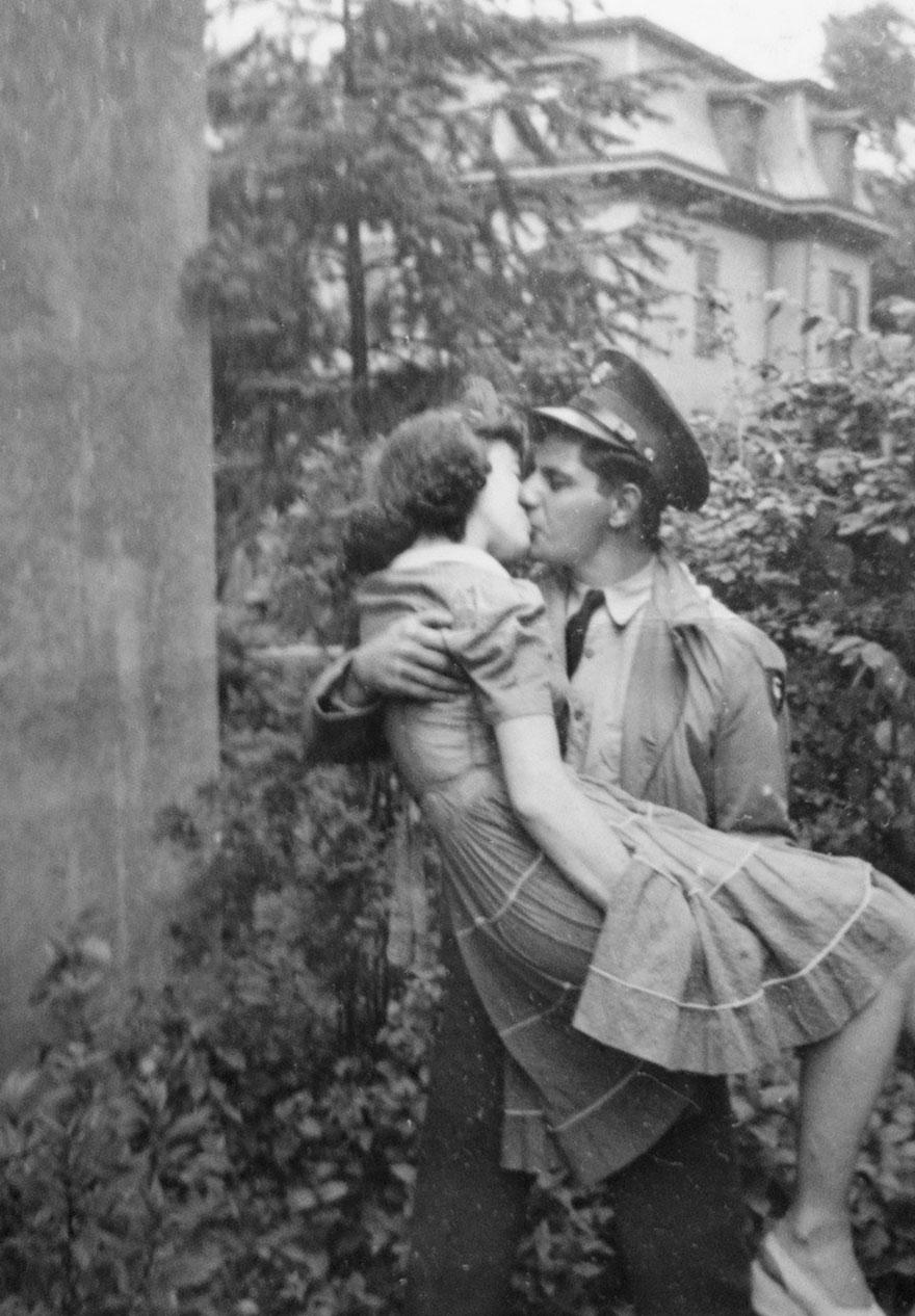 Un uomo bacia la moglie al ritorno dalla guerra. Anni '40. Megustatits
