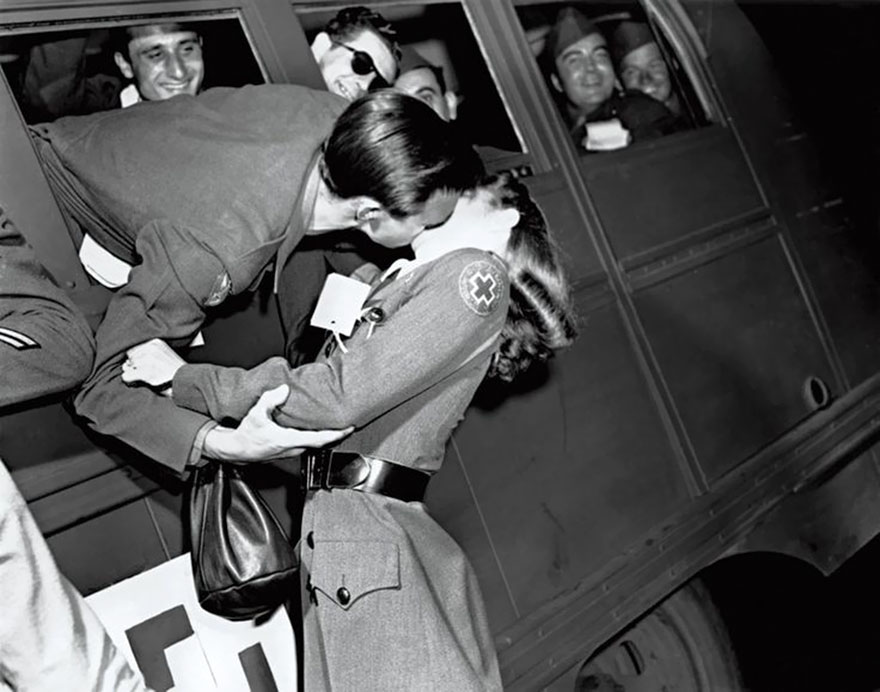 Un soldato bacia una crocerossina, 1945. Red Cross