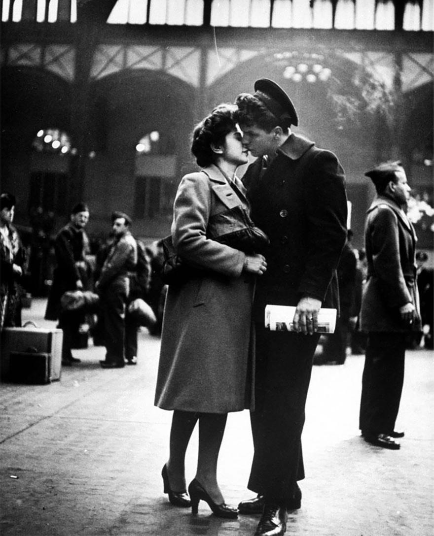 Saluto alle truppe in partenza alla stazione Penn di New York, 1943. Alfred Eisenstaedt