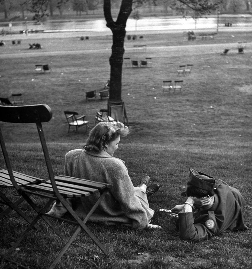 L'amicizia anglo-americana viene resa più visibile nell'incontro tra una ragazza e un ragazzo a Hyde Park, 1945. Ralph Morse
