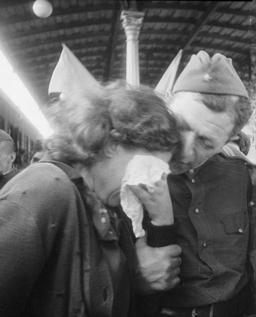 Una donna russa piange nel ricongiungersi con un soldato tornato dalla guerra, 1945. Ozersky