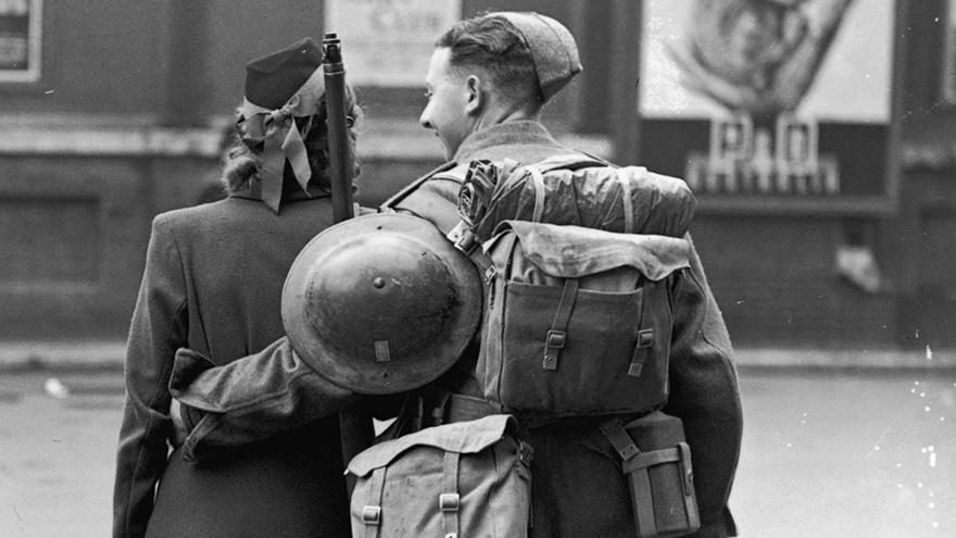 Una coppia celebra la vittoria l'otto maggio del 1945. Hulton Archive.