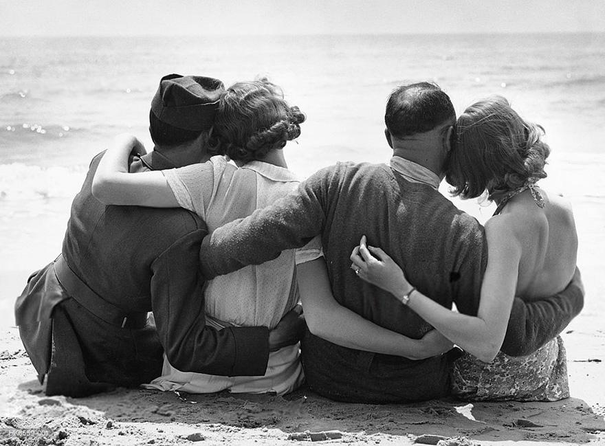 Truppe francesi in libera uscita si rilassano su una spiaggia inglese. David Parker