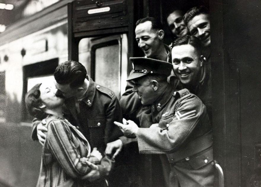 Il soldato Comrades Heckle saluta la sua fidanzata prima di lasciare la stazione Waterloo. Londra, 1939. Autore sconosciuto.