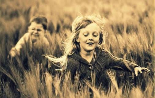 """In quell'istante ero felice, non ci si accorge mai di esserlo e mi chiesi perché l'assimilazione di un sentimento così benevolo ci trovi sempre impreparati, sbadati, tanto che conosciamo solo la nostalgia della felicità, o la sua perenne attesa. Margaret Mazzantini, """"Non ti muovere"""". Immagine reperita nel web."""