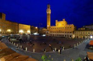 Immagine notturna di Siena.