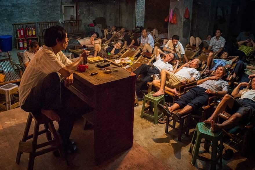 """""""The Storyteller"""" di Aimin Wang. Nella provincia di Sichuan, in Cina, la casa del tè gioca ancora un ruolo fondamentale nella vita quotidiana: qui le persone vengono per rilassarsi e ascoltare delle storie."""