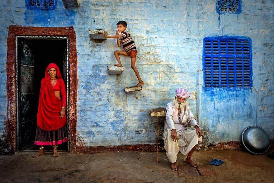 """""""Jodhpur Family"""" di Isa Ebrahim. Una composizione studiata della famiglia Bhenwa nella città di Jodhpur."""