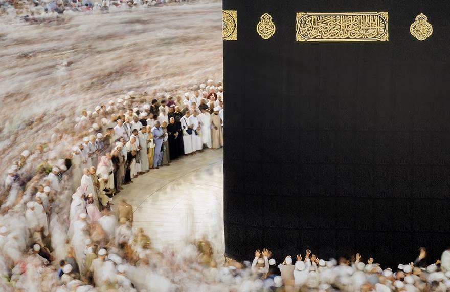 """""""Makkah, Mecca"""" di Majid Alamri. Una moltitudine di musulmani osservanti mettono in atto il tradizionale rito della circumambulazione intorno alla Kaaba, un antico edificio situato nel centro della Mecca, il luogo più sacro per la comunità islamica."""
