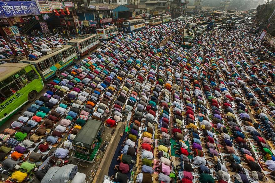 """""""Prayers On The Road"""" di Muhammad Mostafigur Rahman. Devoti in preghiera sulla strada di Dhaka-Mymensingh, nel Bangladesh, il primo giorno di Bishwa Ijtema, la seconda più grande comunità islamica dopo Hajj, organizzata sulle sponde del fiume Turag."""