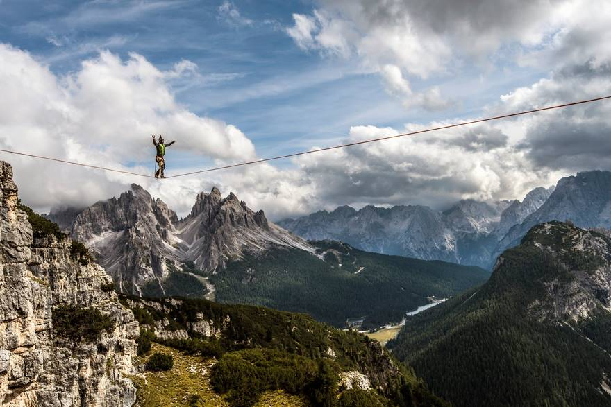 """Walking High In The Dolomites"" di James Rushforth. Il Festival Internazionale del Funambolo a Monte Piana (2,324m) nelle Dolomiti italiane, sopra la cittadina di Misurina."