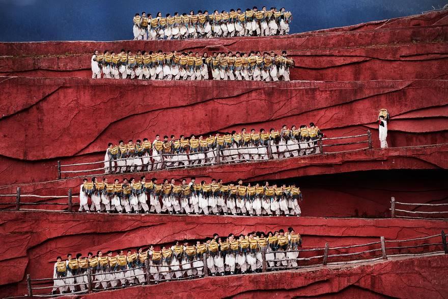 """""""Red Zone"""" di Herman Morrison. Questa foto è stata scattata a Lijiang, in Cina, durante l' Impression Lijiang, dove magnifici canti e balli vengono eseguiti all'aperto mostrando le tradizioni e lo stile di vita del gruppo etnico locale."""