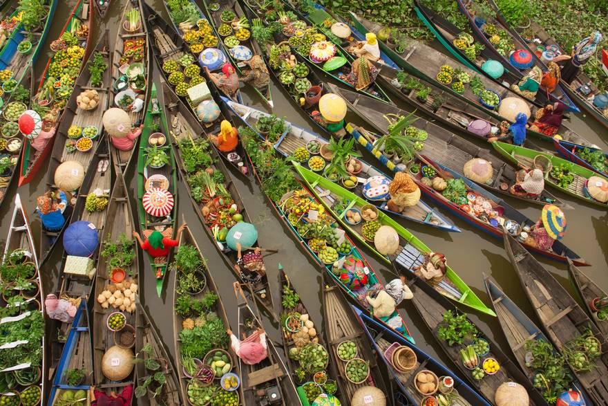 """""""Floating Market"""" di Antonius Andre Tjiu. Il mezzo di trasporto in acqua gioca un ruolo importante nella vita di tutti i giorni nel Borneo meridionale."""