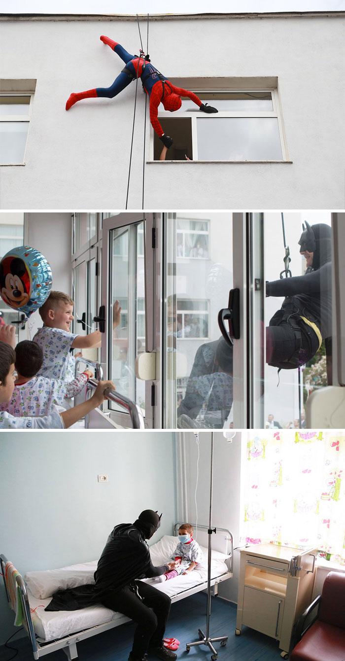 Un poliziotto albanese sorprende dei bambini ospedalizzati vestendosi da supereroe.