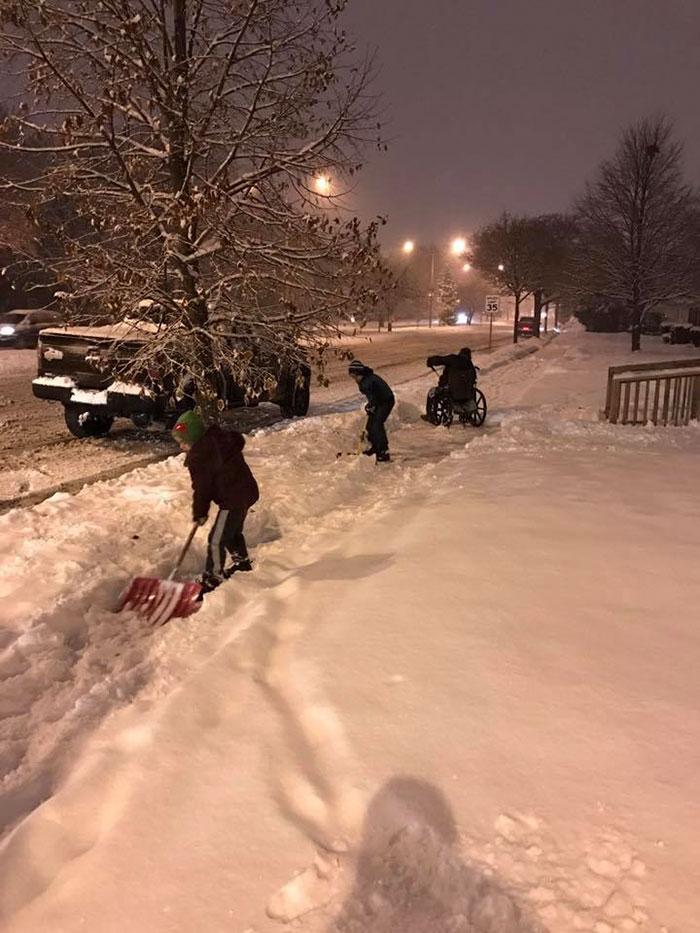Un padre ha acconsentito alla richiesta dei suoi figli ad aiutare un uomo in carrozzella a spalare la neve.