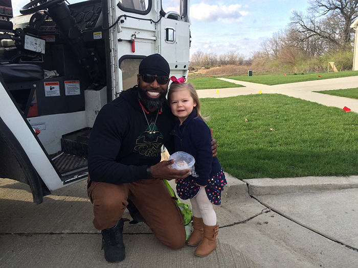 Una bambina ha fatto una sorpresa al suo netturbino preferito donandogli un dolce per il suo compleanno.