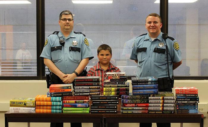 Un bambino di nove anni ha conservato la sua paghetta estiva per acquistare e donare dei libri alla prigione locale.