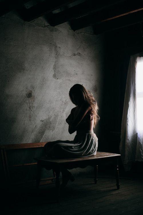 A volte, solo a volte, ritirarsi non è arrendersi Cambiare non è ipocrisia, disfare non è distruggere. Essere soli non è allontanarsi, e il silenzio non è non avere niente da dire. Restare fermi non è pigrizia, né vigliaccheria, è sopravvivere. Immergersi non è annegare, retrocedere non è fuggire. A volte, solo a volte, occorre allontanarsi per vedere, abbandonarsi, lasciare che scorra, che il vento cambi, chiudere gli occhi e tacere.  A volte bisogna ascoltarsi. - Maria Guadalupe Munguia Torres (niravpatelphotography.tumblr.com)